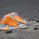 сломанная ветром палатка